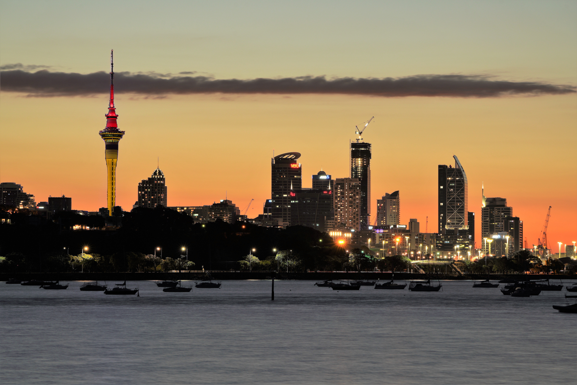Auckland Sky Tower in Deutschen Nationalfarben