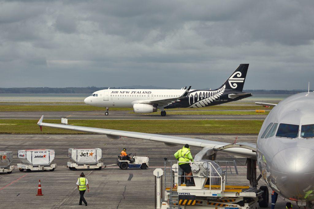 Flugzeug kurz vorm Abheben auf dem Flughafen in Auckland