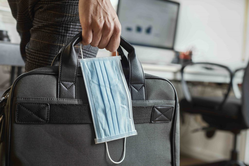Reisender mit Mundschutz am Flughafen