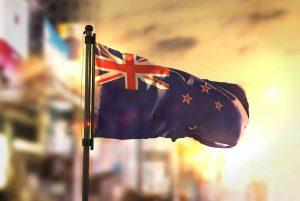 Neuseeländische Fahne in Wind über Auckland