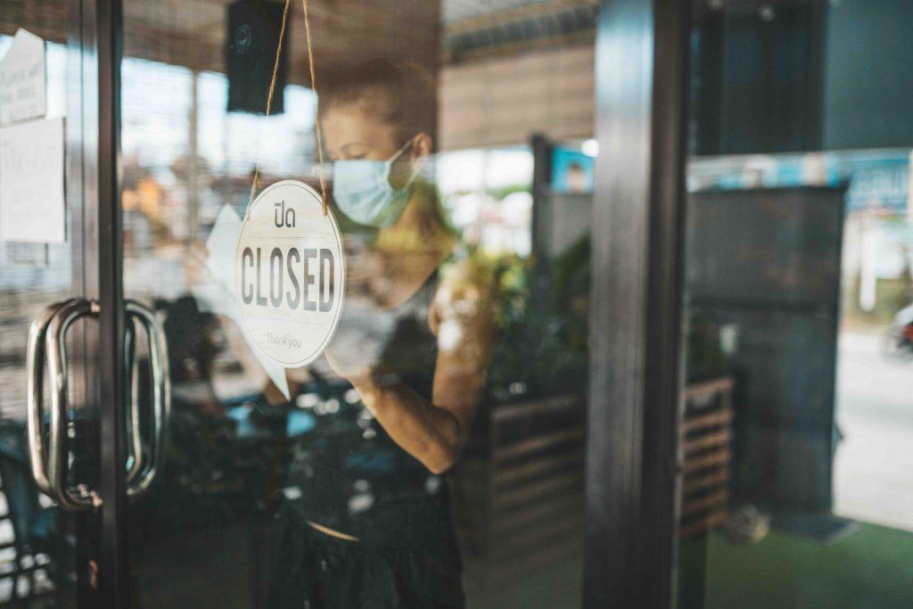 Kaffee Besitzer mit Maske schließt Laden