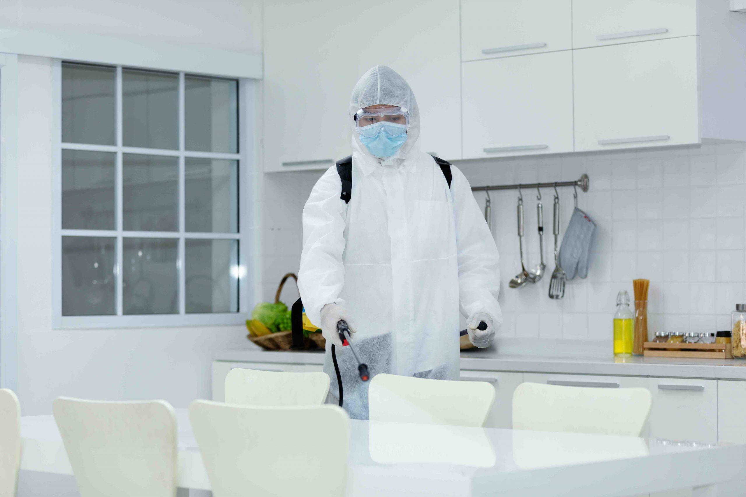 Reinigungspersonal reinigt Krankenhaus