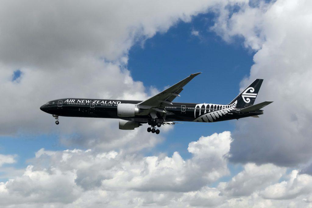 Air New Zealand Flugzeug mit Wolken
