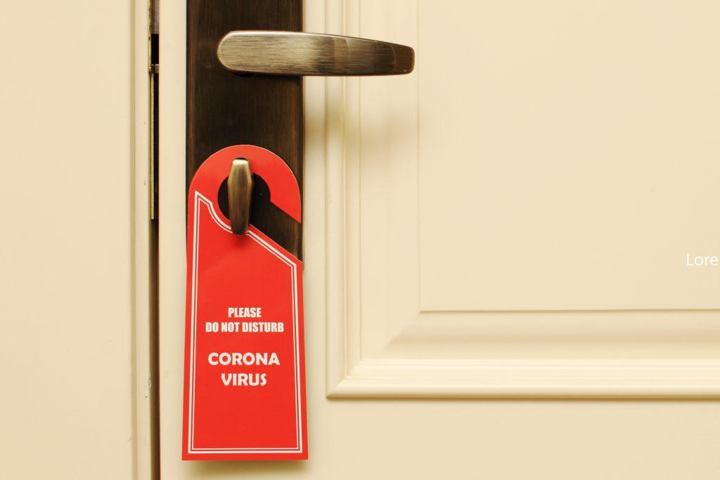 Coronavirus Zeichen an Isolationshotel Zimmer